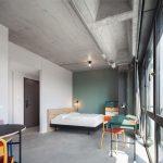 Alle Wohnungen sind mit eigens für das Bauvorhaben entworfenen Möbeln ausgestattet. Bild: GBP Architekten / Anastasia Hermann