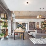 """Die rund 600m2 große """"Neon Wood Lobby"""" ist zentraler Anziehungspunkt für die Bewohner. Bild: GBP Architekten / Anastasia Hermann"""