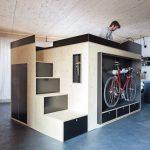 """Das """"Kammerspiel"""": ein zentral platziertes Möbel, das auf knapp 8m2 Fläche vielfältige Funktionen in sich vereint. Bilder: Julia Rotter"""