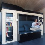 Eine gepolsterte Couch dient als gemütlicher Leseplatz. Bild: Julia Rotter.jpg