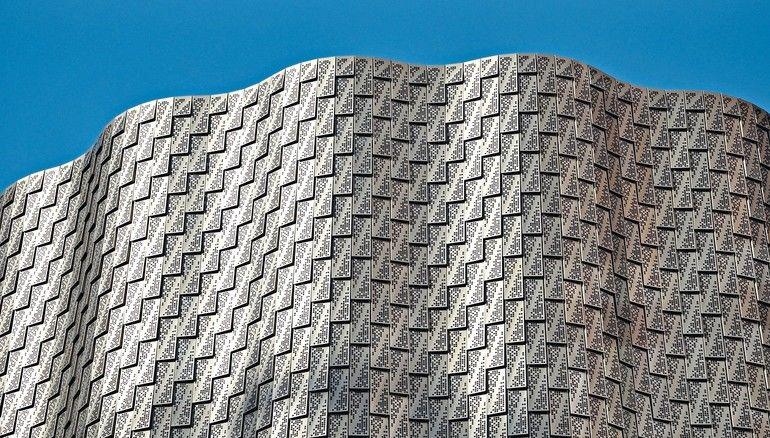"""Metallfassade: Beim Londoner Projekt """"3 Broadgate"""" entschieden sich Orms Architekten für eine wellenförmige Schindelfassade aus """"Pohl Duranize Bronze"""". Bild: Pohl Facade Division"""