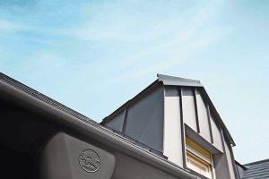 Entwässerungssystem für Dach und Fassade: Prefa bietet es in den Farben Anthrazit, Hellgrau und Braun auch mit der Oberflächeninnovation P.10 Lackierung an. Bild: Prefa | Croce & Wir