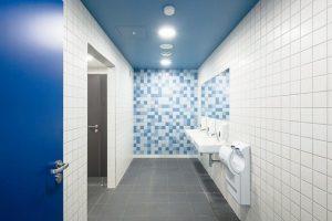 Nassraumtüren für Schwimmbäder, Duschräume und Großküchen: In Räumen mit hohen hygienischen Vorschriften müssen Türen langanhaltender Nässe standhalten. Bild: Schörghuber Spezialtüren KG