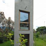 """Für eine verwinkelte """"Restfläche"""" ohne Zufahrt hat der Architekt Geri Blasisker ein Einfamilienhaus auf ungewöhnlich schmalem Grundriss entworfen. Bilder: Geri Blasisker"""
