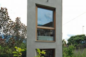 """Für eine verwinkelte """"Restfläche"""" ohne Zufahrt hat der Architekt Geri Blasisker ein Einfamilienhaus auf ungewöhnlich schmalem Grundriss entworfen."""