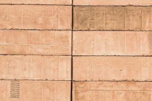 """Klinkerfassade mit dem individuellen Strangfuß-Klinker der Privatziegelei Hebrok: """"aurata"""" verbindet sanfte Orange-Gelb-Töne mit sichtbaren Produktionsspuren. Bild: Ziegelei Hebrok"""