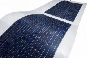 Dachintegrierte PV-Anlage: Einheit aus Dachabdichtungsbahn und PV-Modulen