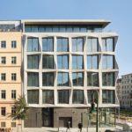 Fensterraster der Gitterstruktur eines Bürogebäudes in Berlin