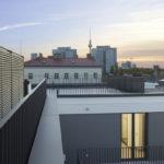 Blick auf den Fernsehturm aus einem Bürogebäude in Berlin