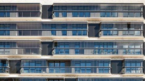 Durchgängige Fassadenoptik mit Balkonbrüstung in Vollglasoptik