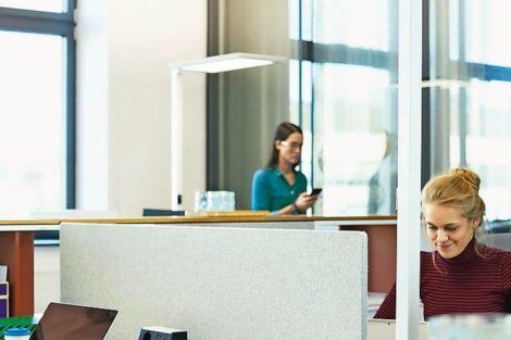 Stehleuchte hilft bei Einhaltung des Mindestabstands im Büro