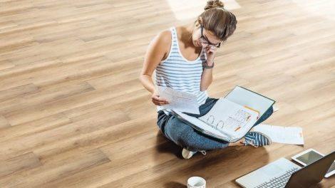 Junge Frau sitzt auf elastischem Bodenbelag