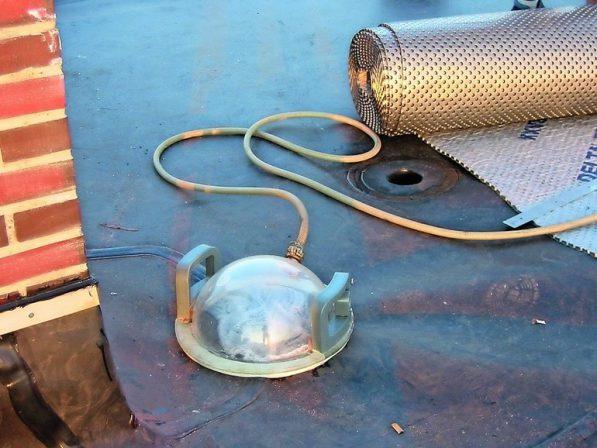 Abdichtung von Flachdächern mit verlässlicher Dichtheitsprüfung der Schweißnähte durch Druckluft- und Vakuum-Prüfverfahren.