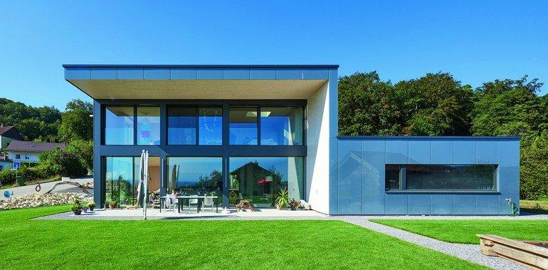 Glasfassade eines Einfamilienhauses in der Schweiz. Bild: Hector Egger Holzbau AG