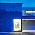 Je nach Wetter und Lichtverhältnissen entstehen unterschiedliche Spiegelungen auf der gläsernen Hülle des Einfamilienhauses. Bild: Hector Egger Holzbau AG
