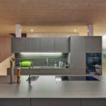 Küche eines Holz-Glas-Hauses. Bild: Hector Egger Holzbau AG