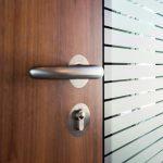 Bei der zargenlosen Brandschutztür wird das Türblatt direkt an ein feststehendes Glaselement montiert. Bild: Hoba