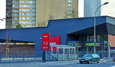 DGNB-prämierter Supermarkt in Offenbach mit extravaganter Tragwerkskonstruktion aus Nagelplattenbindern und sehr dunklen Putzflächen. Bild: Carsten Fritsch, Frankfurt/M.