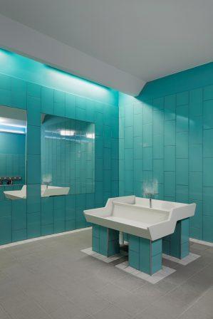 Beim Umbau einer Kita in Berlin wurden kindgerechte Farben zur Orientierung verwendet: Die Badgestaltung erfolgte mit Wandfliesen in Blau, Gelb und Grün. Bild: Rako