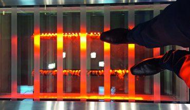 Brandschutztechnisch unter statischer Belastung geprüft ist die begehbare Brandschutzverglasung mit Pyranova. Bild: Schott Technical Glasss Solutions