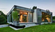 Bei einem frei steihenden Einfamilienhaus in der Nähe des Starnberger Sees dominiert die raumhohe Verglasung mit Schiebefenster, ergänzt von einem Lichthof. Bilder: Solarlux
