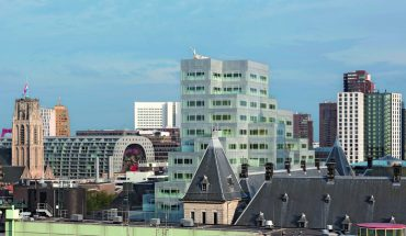 Neubau der Stadtverwaltung mit Glaskuben zwischen altem Rathaus und Post mit einer BGF von 45 000 m². Bilder: Ossip van Duivenbode
