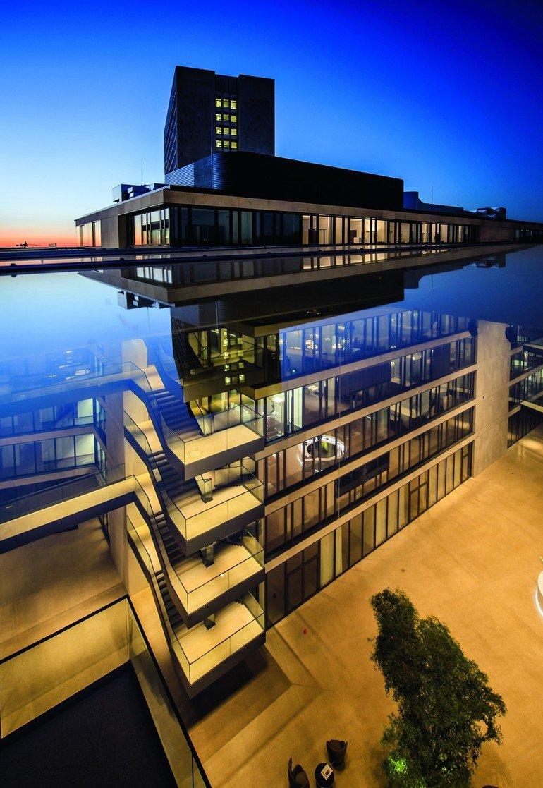 Eindrucksvolles Glasdach über dem Innenhof des FGS Campus Bonn. Bilder: Lamilux