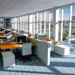 Großraumbüro mit Tageslichtversorgung über stockwerkstiefe Fenster auf der rechten Raumseite..
