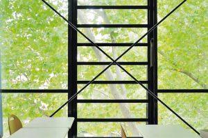Aufgrund ihrer großen geometrischen und aerodynamischen Querschnitte eignen sich Lamellenfenster sehr gut als natürliche Rauch- und Wärmeabzugsgeräte.