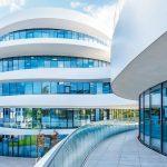 Hinter der Fassade mit anspruchsvollen Glaslösungen steht ein innovatives Nutzungskonzept für Arbeitsplätze der Zukunft. Bild: furoris gruppe GmbH; Fotograf: Michael Sommer