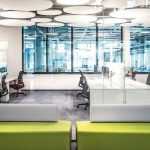 Auf fünf Etagen entstanden 450 open-space-Arbeitsplätze für eigenverantwortliches und vernetztes Arbeiten. Bild: furoris gruppe GmbH; Fotograf: Michael Sommer