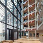 Der rechte und der linke Gebäudeflügel des Neubaus sind durch Brücken miteinander verbunden. Auf ihnen sorgen die filigranen Glasbrüstungen für Sicherheit – und ästhetische Transparenz. Bild: Glas Marte
