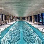 American Copper Buildings, New York: Der Pool auf einer der drei Etagen der gläsernen Brücke misst ca. 22 m und erstreckt sich nahezu über die gesamte Länge der Skybridge. Bild: JDS Development