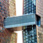 Die gläserne Brücke hält das Hochhauspaar baukonstruktiv zusammen und fungiert u.a. als Verteilerstation für die Gebäudetechnik. Bild: JDS Development