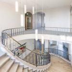Das stilvolle Treppenhaus sorgt mit neuen Elementen für eine zeitgemäße Erschließung Bild: Hoba