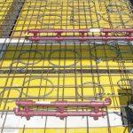 Für die wassergeführte Wandflächentemperierung werden vorgefertigte Kunststoff- Leitungsmodule von der Decke aus in die Installationskanäle geführt. Bild: KS-Quadro