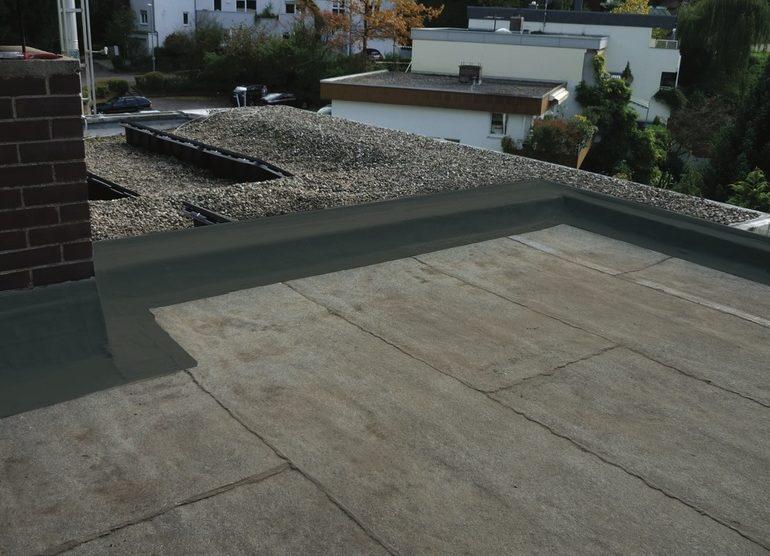 Abdichtung in flüssiger Form: Das lösemittelfreie Kemperol 1K-SF in Anthrazit kommt auf Flachdächern, Balkonen und Laubengängen zum Einsatz. Bild: Kemper System