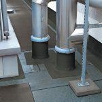 Rohrleitungen auf einem Flachdach. Bild: Kemper System