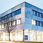 Holzwolle-Akustikplatten und Baffeln für Neubau eines Ausstellungs- und Verwaltungsgebäudes in Neu-Ulm. Bilder: Wölpert/Knauf AMF