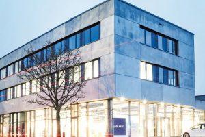 Holzwolle-Akustikplatten und Baffeln für Neubau eines Ausstellungs- und Verwaltungsgebäudes in Neu-Ulm