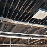 Die System-Kombination aus Deckenplatten und Baffeln sorgt in der Ausstellungshalle für die gewünschte Raumakustik. Bild: Wölpert/Knauf AMF