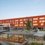 Zwei passivhauszertifizierte Glasdach-Konstruktionen über den Atrien sorgen im Willibald-Gluck-Gymnasium in Bayern für ideale Lichtverhältnisse. Bild: Berschneider + Berschneider / Petra Kellner
