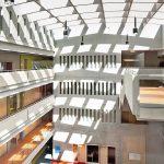 Die Glasdächer über den Atrien sorgen für ideale Lichtverhältnisse ohne lange, dunkle Schulflure. Bild: Berschneider + Berschneider / Petra Kellner