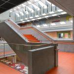 Lange, dunkle Flure sucht man im Willibald-Gluck-Gymnasium vergeblich. Bild: Berschneider + Berschneider / Petra Kellner