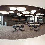 Akustik, Brandschutz und Design in einem Deckensystem: S7 Owaplan eignet sich für Restaurants, Foyers, Museen, Schulen, Hotels oder im privaten Wohnbereich. Bild: Owa