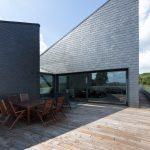 Die großzügie Terrasse ist unter dem Holzboden als robustes Flachdach ausgebildet. Bild: Rathscheck Schiefer