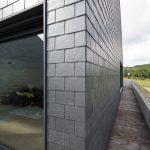 Präzise gedeckte Schieferfassade an einer der Ecken eines Hauses. Bild: Rathscheck Schiefer