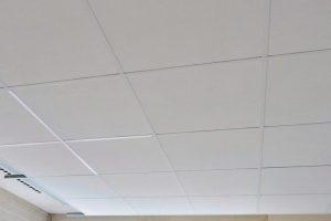 Niedriger Glanz-Wert für Decken-Abhangsystem: Chicago Metallic Mattweiß 11 sorgt für ein einheitliches Deckenbild, fast ohne Reflexionen. Bild: Rockfon