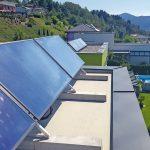 Der Belastung durch nachträglich installierte Solarmodule hält die Abdichtung mit Spezialharzen langfristig stand. Bild: Wutte Dach GmbH