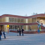 Lamellen an Fensterbändern sorgen für Sonnenschutz: Zalmplaatschool in Rotterdam von Diederendirrix architecten aus Eindhoven. Bild: Scagliola Brakkeechool,_Hoogvliet,_Rotterdam
